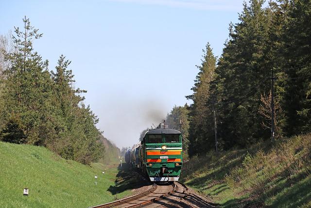 Tепловоз 2ТЭ10УК-0225 с грузовым составом на перегоне  Луполово/Заднепровская.
