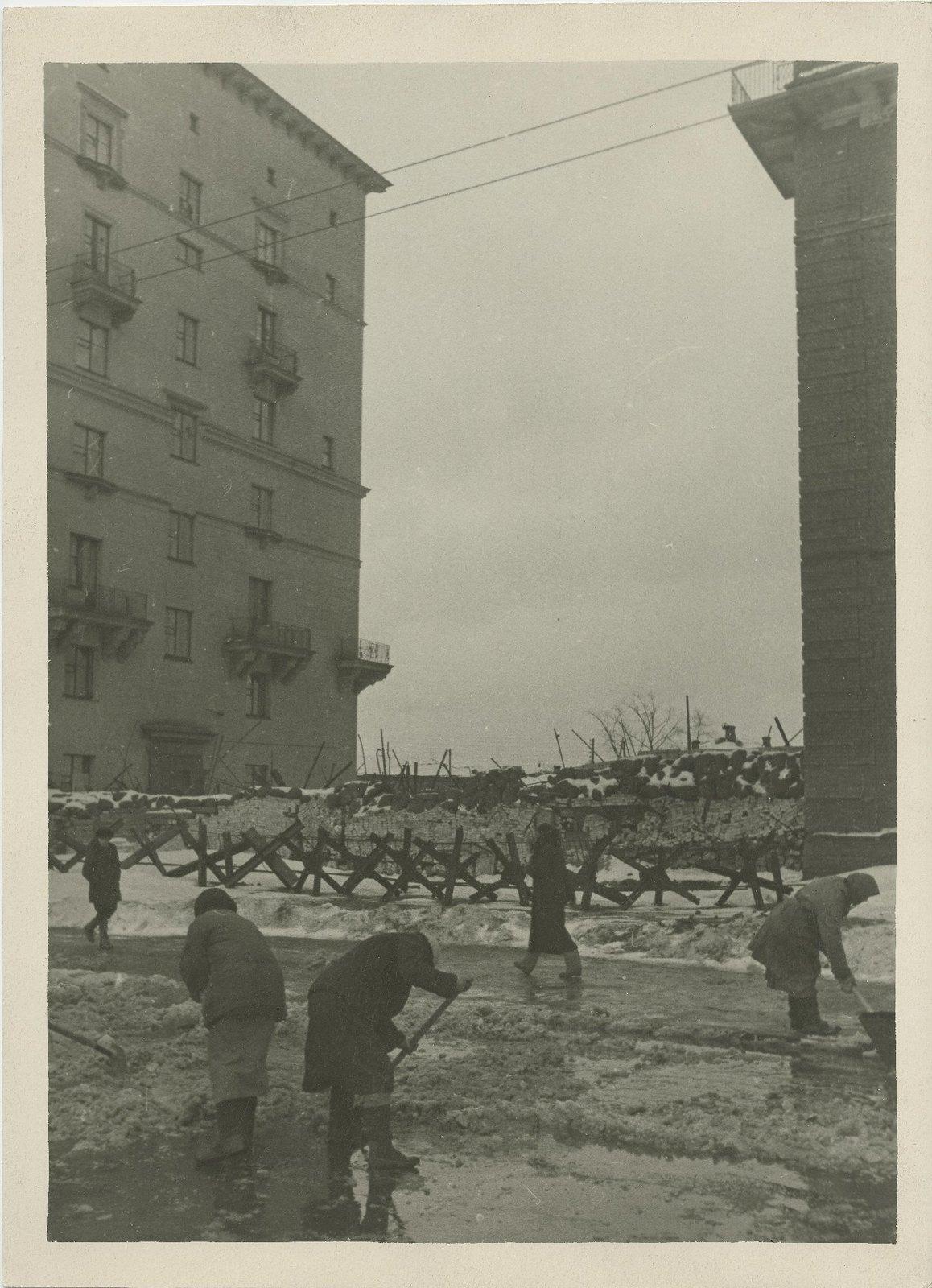 1941. Баррикадные заграждения между домов