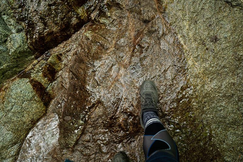 濡れる岩場