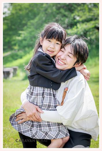 ハグする親子 ママと女の子