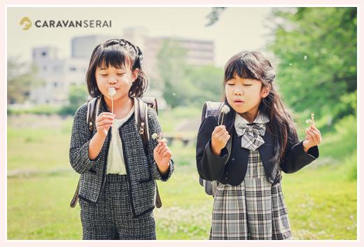 タンポポの種を吹く女の子たち 小学校入学記念