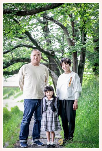 新緑の中で家族写真 白のTシャツでおそろいコーデ