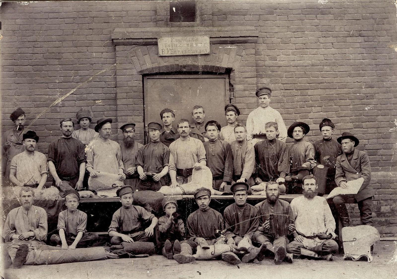 1915. Рабочие пимокатной мастерской В.У. Барабошкина.