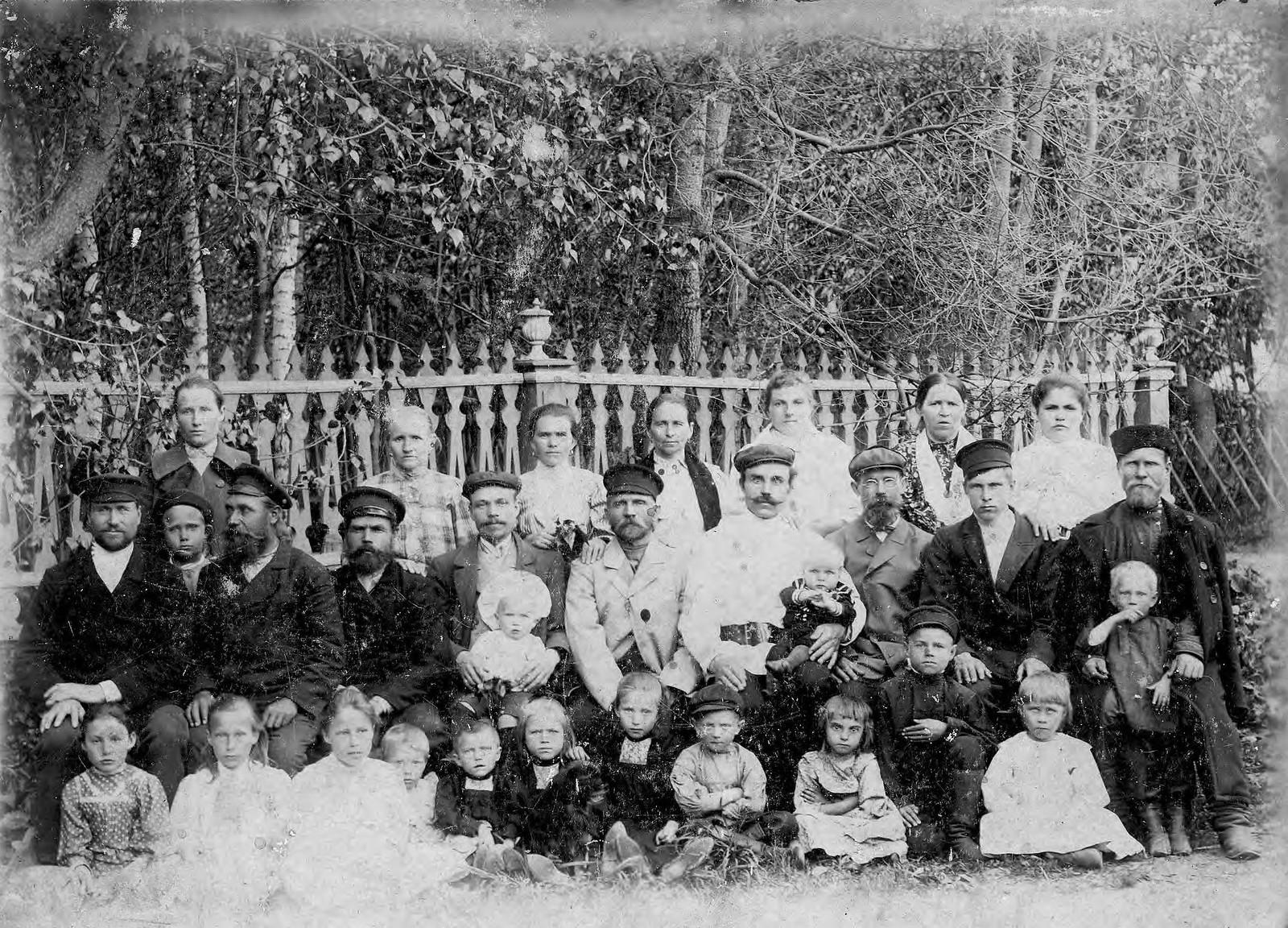 1904. Рабочие мельницы Горохова с семьями.