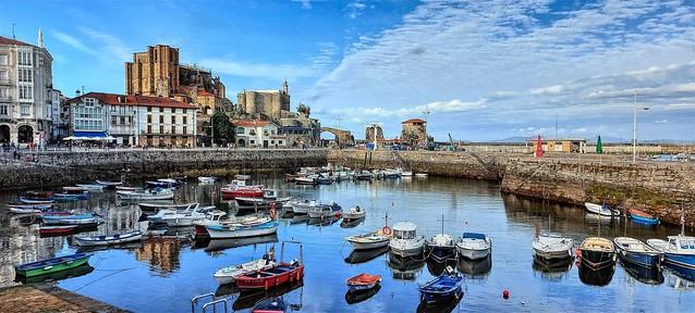 El viejo puerto de Castro  Urdiales. Cantabria.