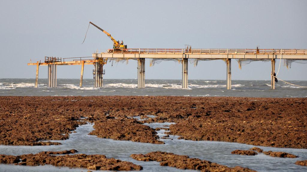 行政院提出三接再外推方案,將觀塘港外推至離岸1.2公里處,並透過棧橋連接。資料照,孫文臨攝