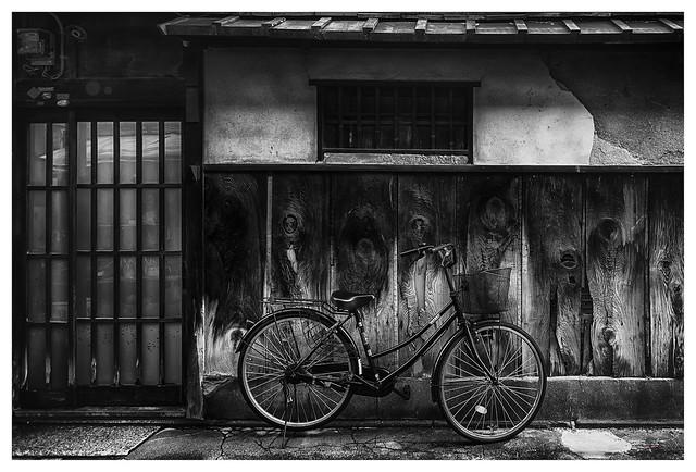 Bicicleta aparcada en  una calle de Kioto