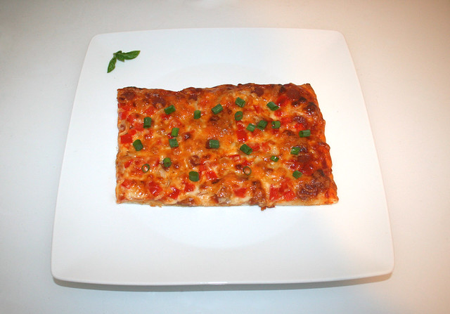 11 - Pizza with salami, onion & bell pepper - Served / Pizza mit Salami, Zwiebel & Paprika - Serviert