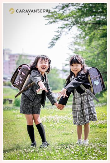 友達と一緒に小学校入学記念の写真撮影 川原でランドセルを背負って