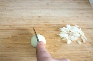 03 - Cur onion in sliced / Zwiebel in Streifen schneiden