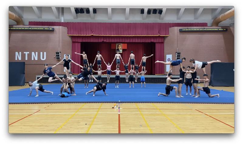 競技啦啦表演中人型金字塔的堆疊,讓人歎為觀止。