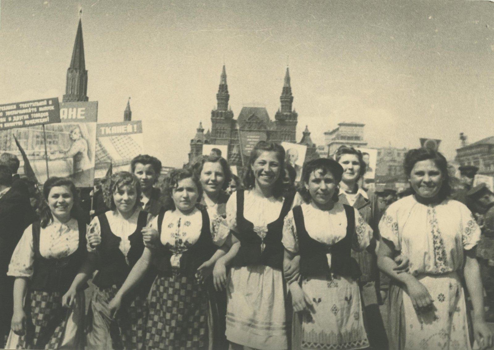1946-1949. Девушки на параде