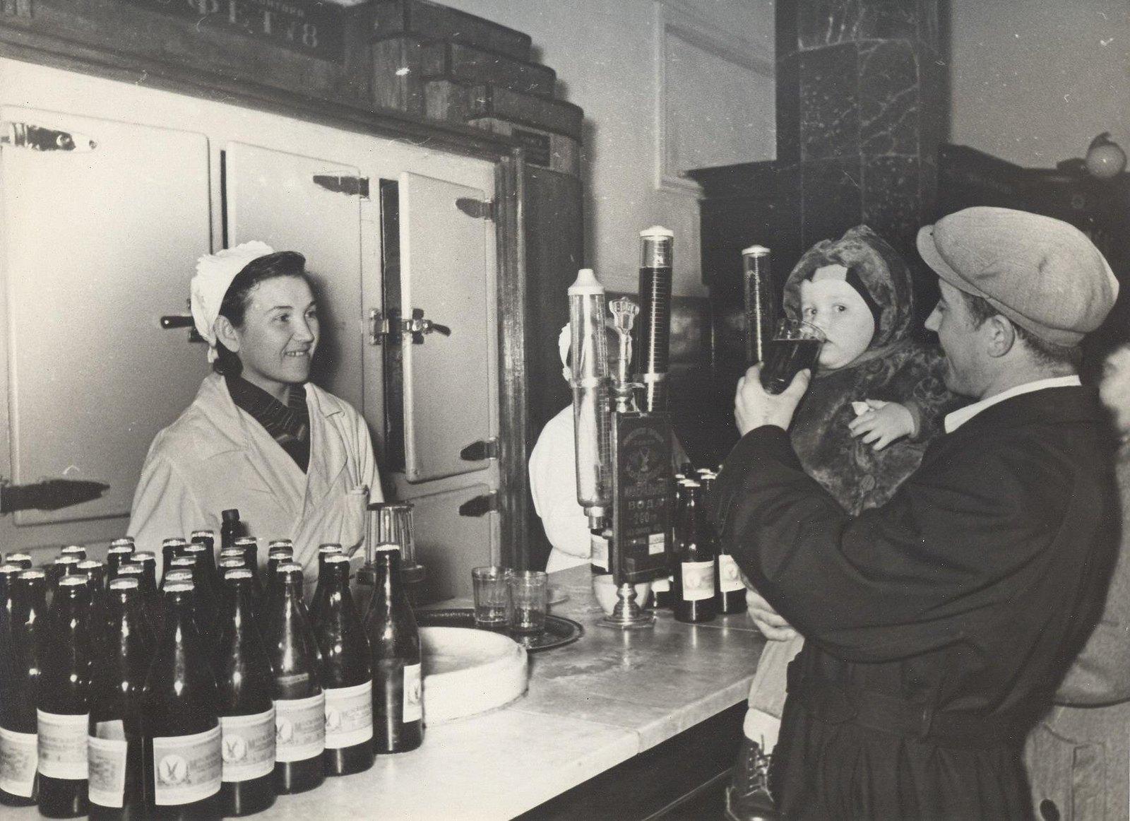 1946-1949. Буфет в метро