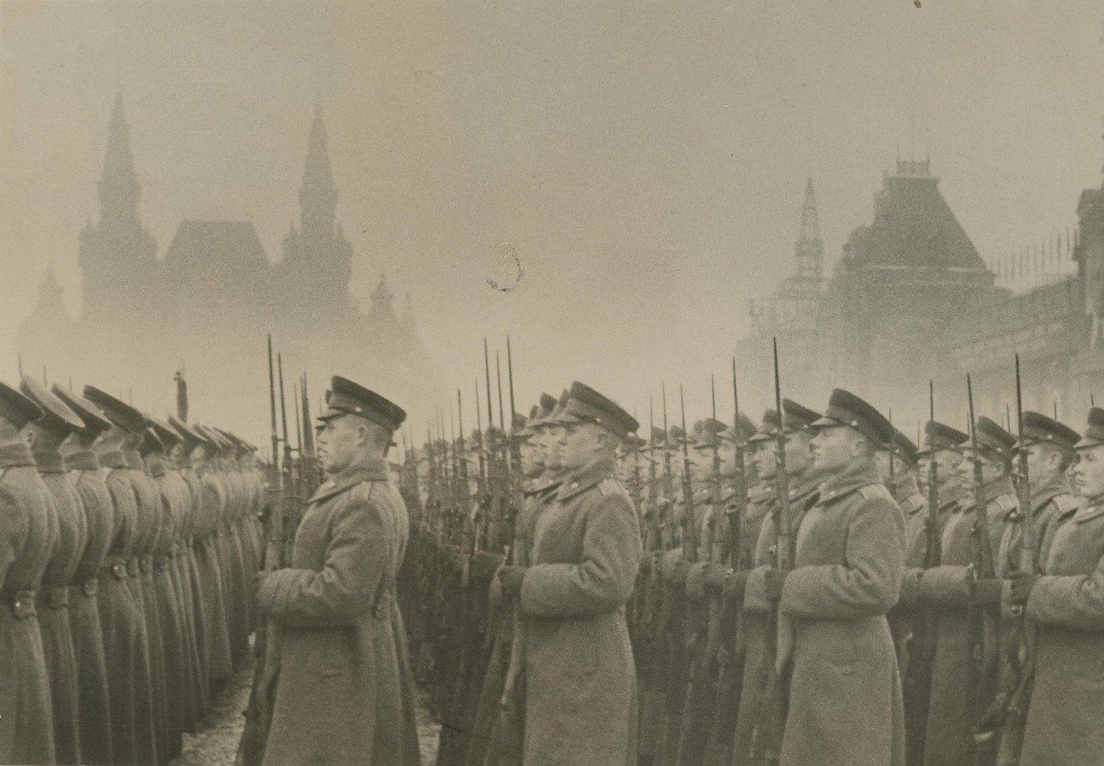 1945. Военные на Красной площади