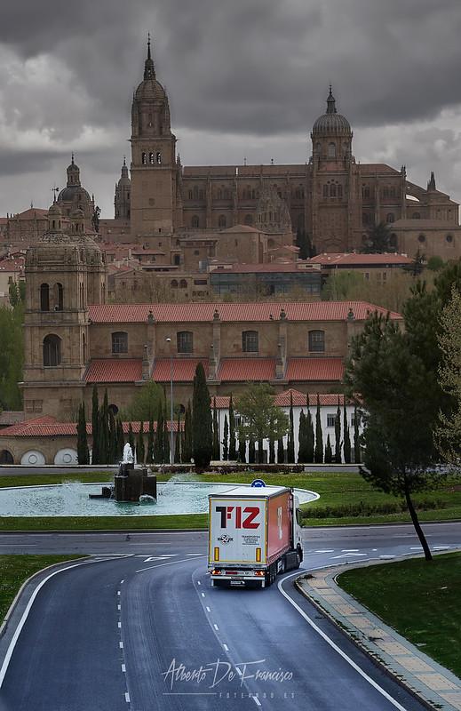 Uno de los camiones movidos por GNL, toma la entrada de Salamanca.