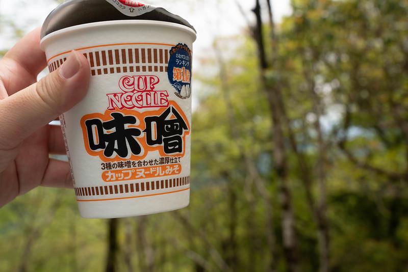 畦ヶ丸で食べるカップヌードルお味噌味