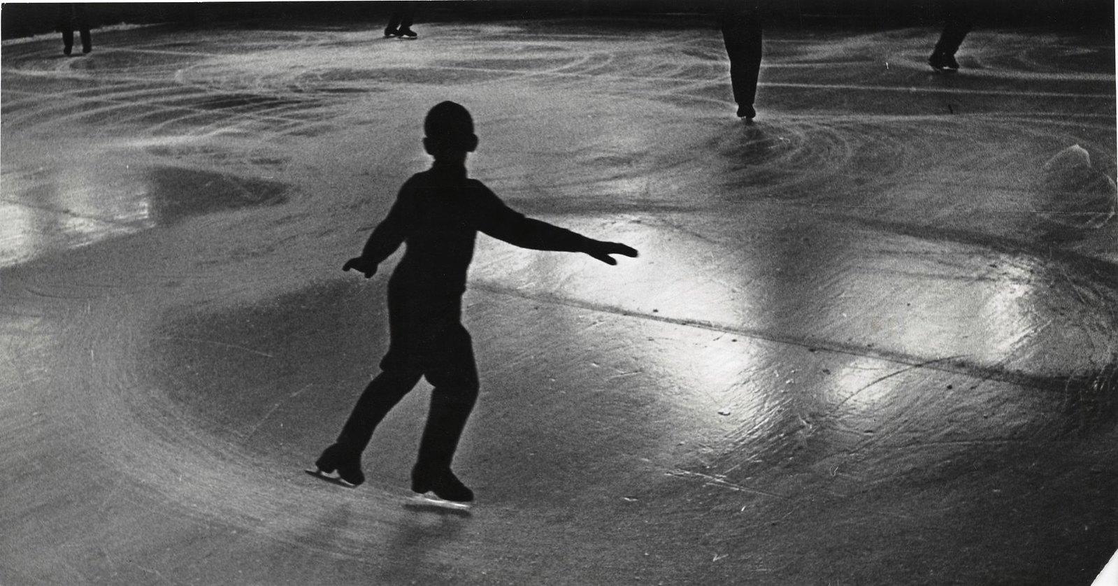 1949. Юные фигуристы. Фигурные упражнения быстро разрисовывают лед катка