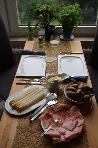Weißer Spargel und Pellkartoffeln mit Sauce Hollandaise und gekochtem Schinken sowie leicht geräuchertem Schinken (Tischbild)