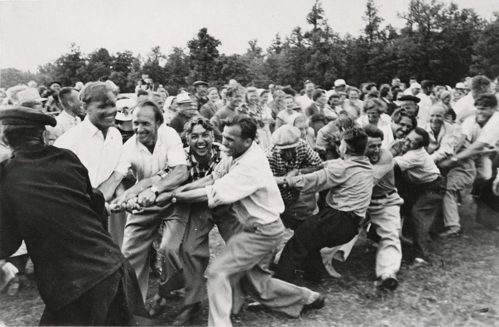 1950. Перетягивание каната