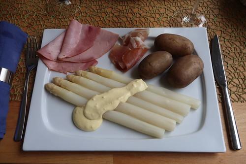 Weißer Spargel und Pellkartoffeln mit Sauce Hollandaise und gekochtem Schinken sowie leicht geräuchertem Schinken (mein Teller)