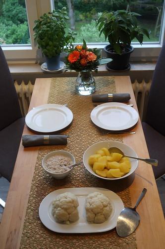 Blumenkohl mit Thunfischsoße und Salzkartoffeln (Tischbild)