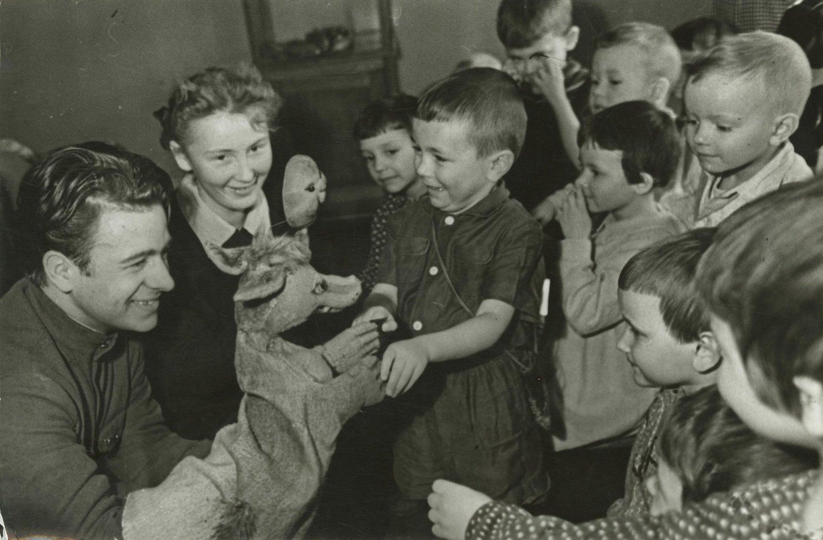 1950. Дети в кукольном театре