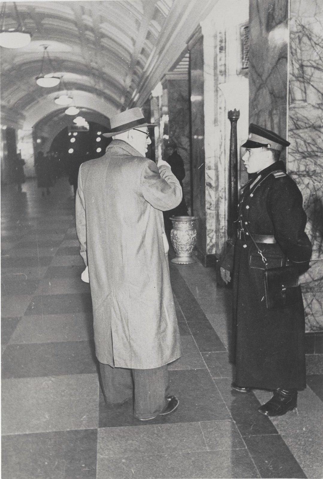 1950-е. Только милиционер подскажет правильный путь
