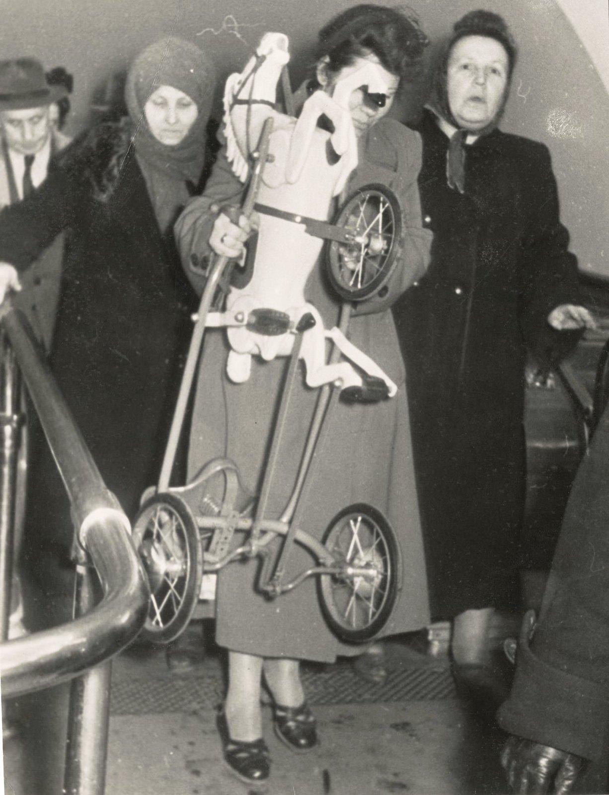 1950-е.  В метро. В подарок для детей