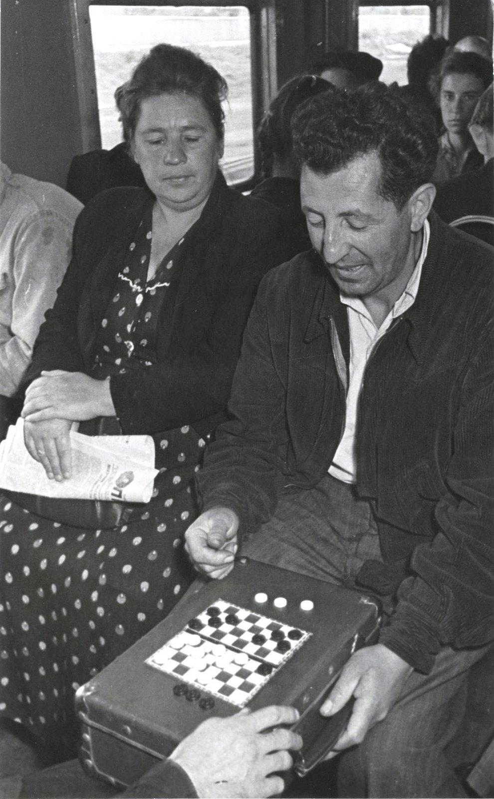 1950. Шашки в дороге