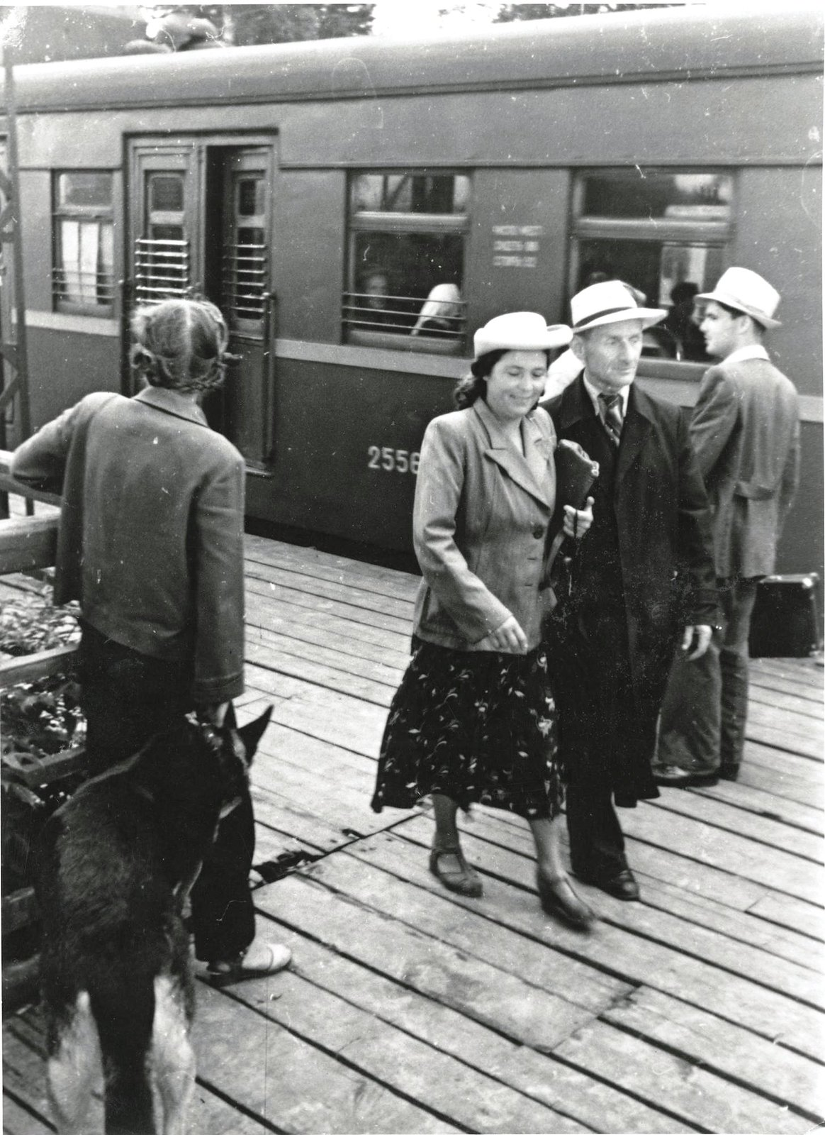 1950. У дачного поезда