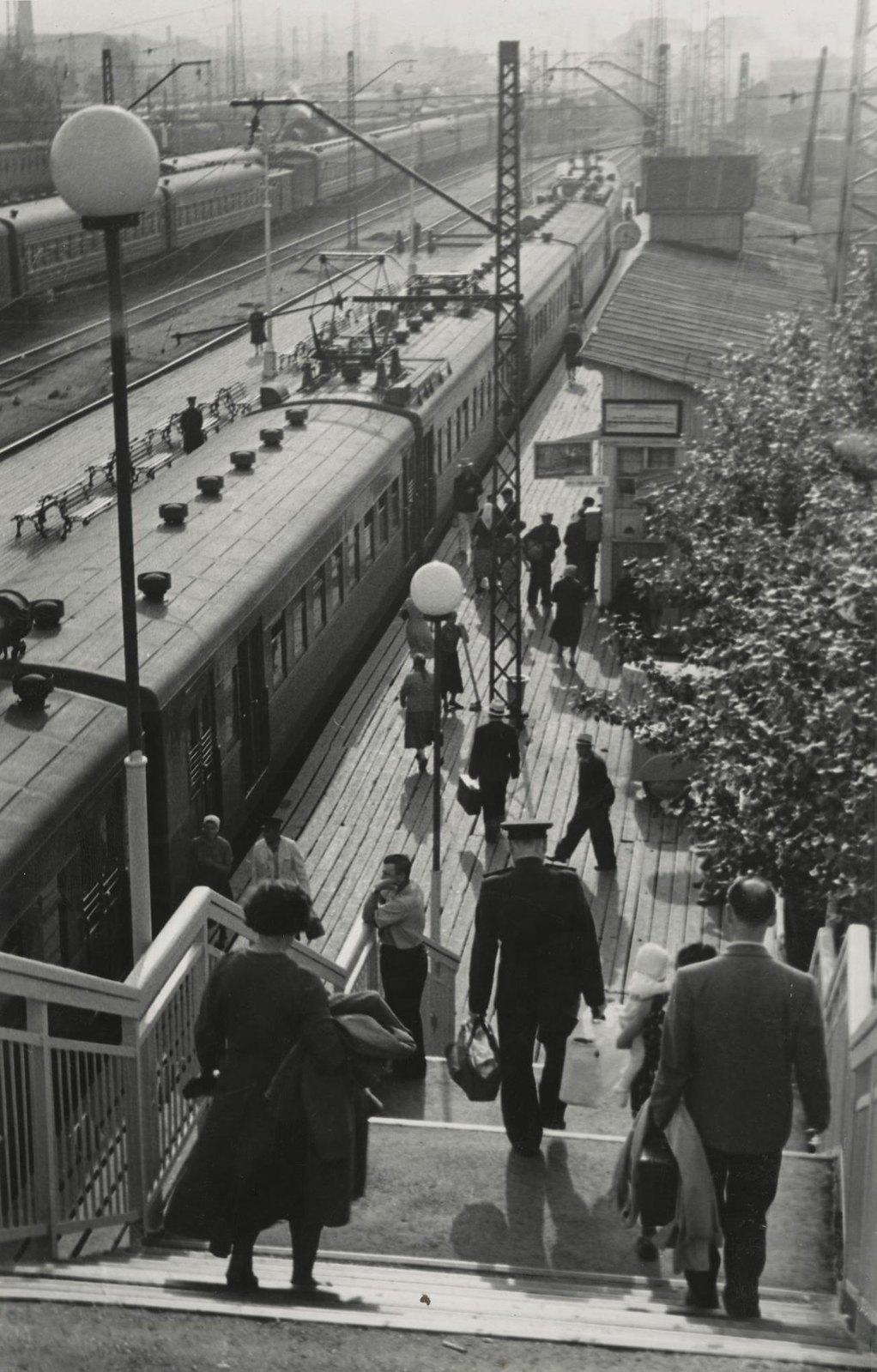 1950-е. Дачники. На поезд