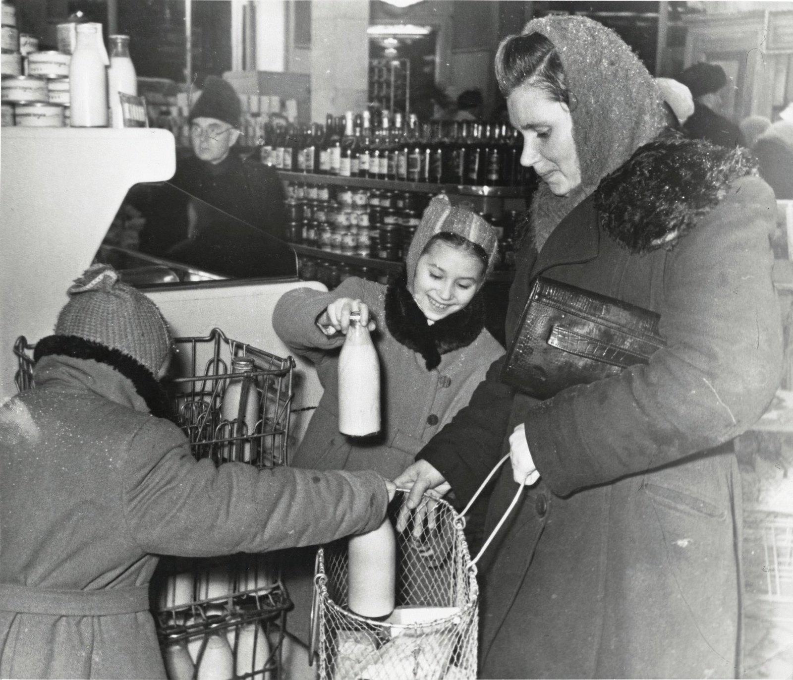 1950-е. В магазинах без продавцов. Мамины помощницы