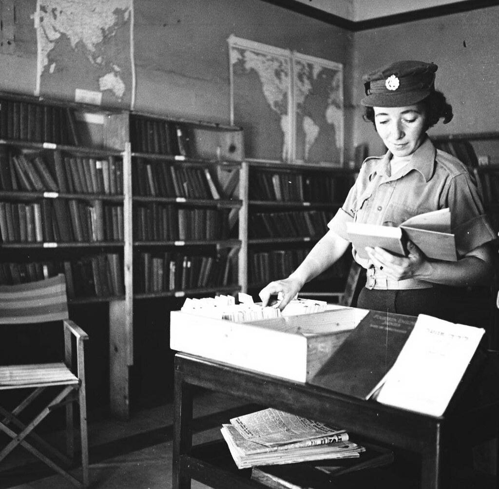 16. 1942. Вспомогательный женский корпус. Библиотека.