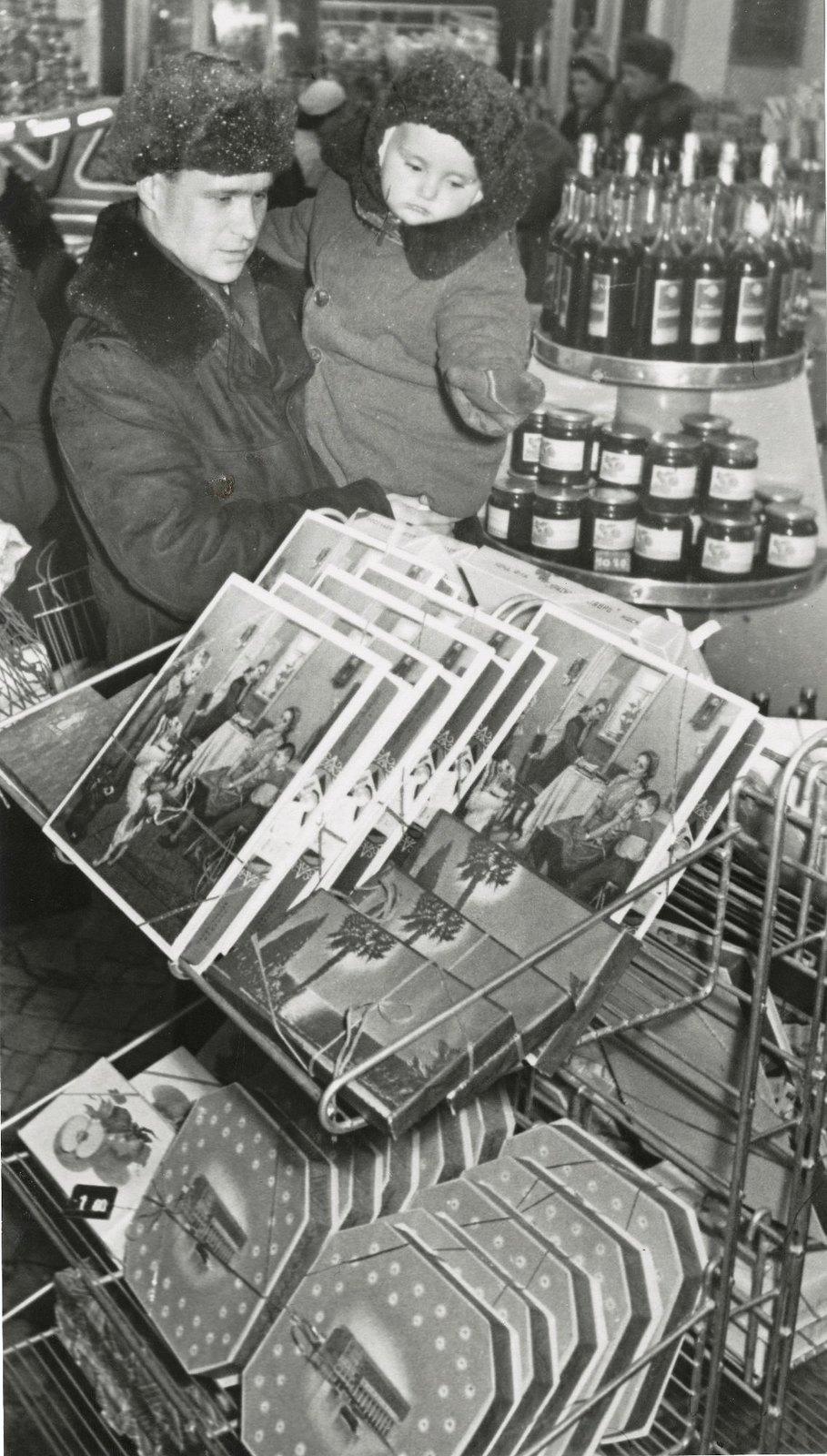 1952. В магазинах без продавцов. В этом возрасте все нравится