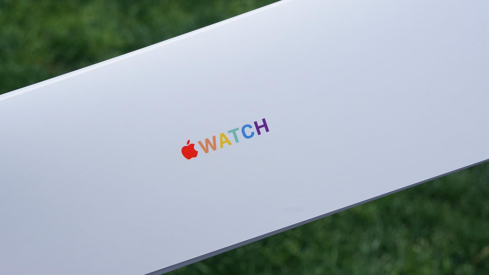 Apple Watch プライドエディションブレイデッドソロループのパッケージにはレインボーカラーのApple Watchロゴ