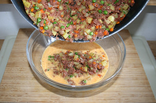 35 - Add pan content to scrambled eggs / Pfanneninhalt in Eimasse geben
