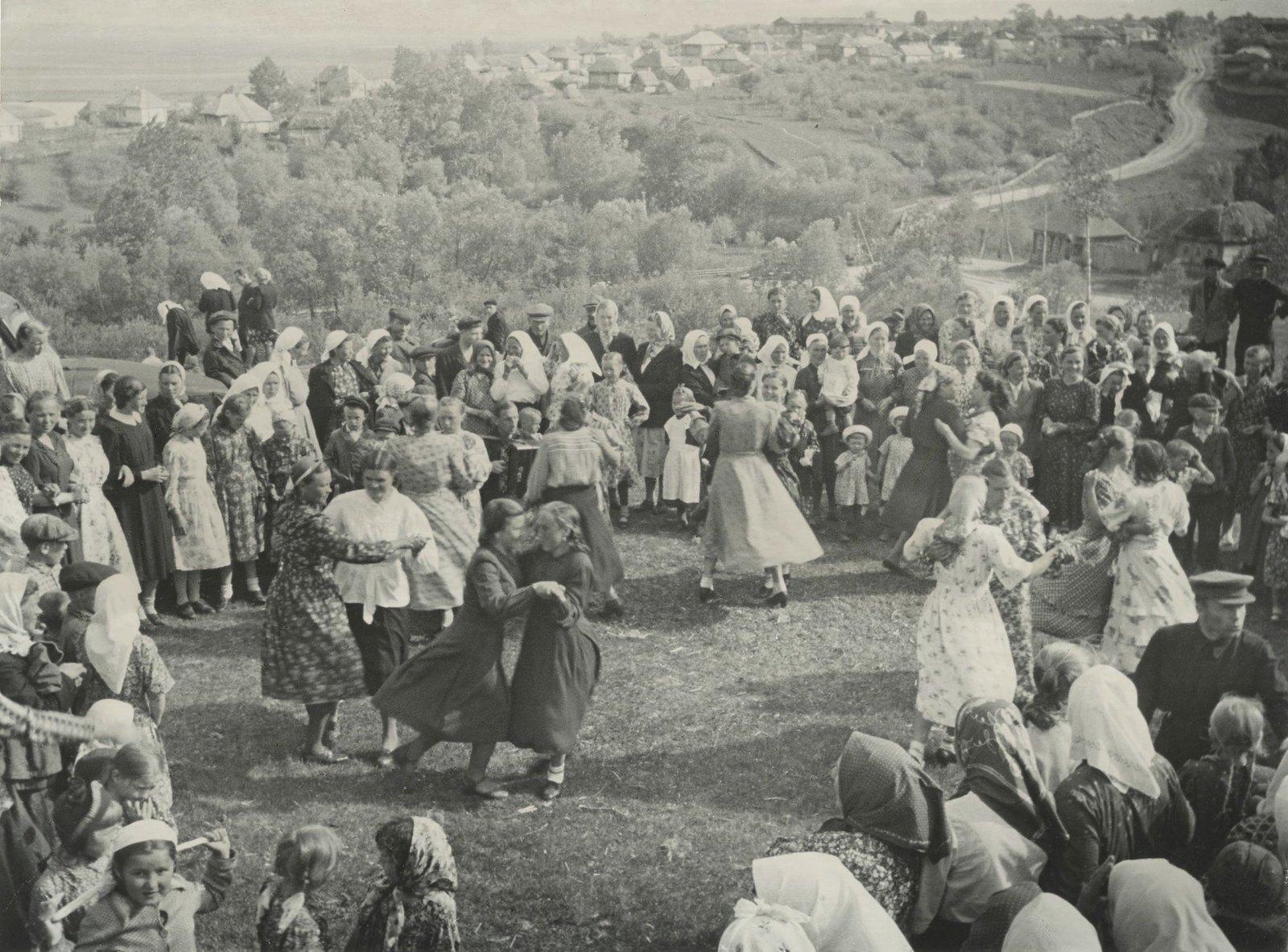 1950-е. Танцы в колхозе. Девушки приглашают кавалеров