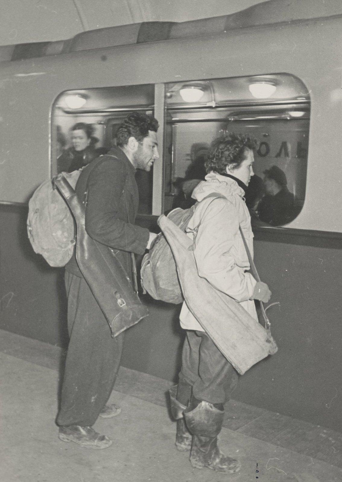 1950-е. В метро можно встретить и охотников