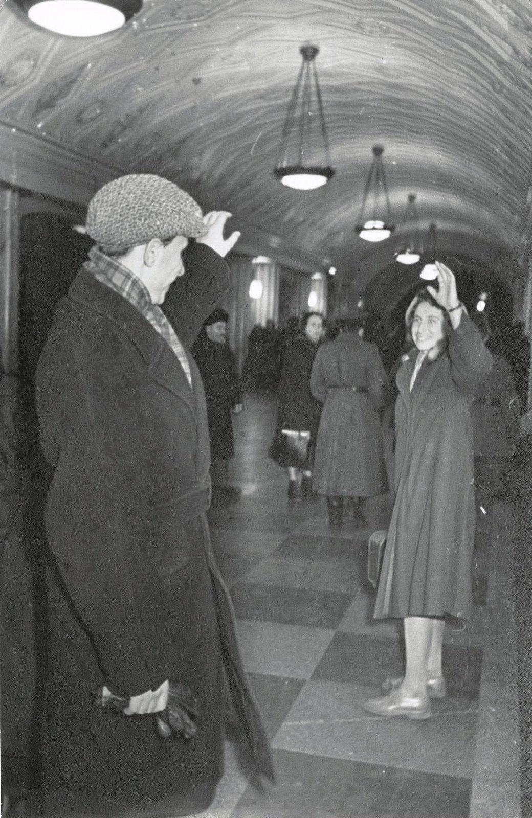 1950-е. Москва. В метро. Прощание