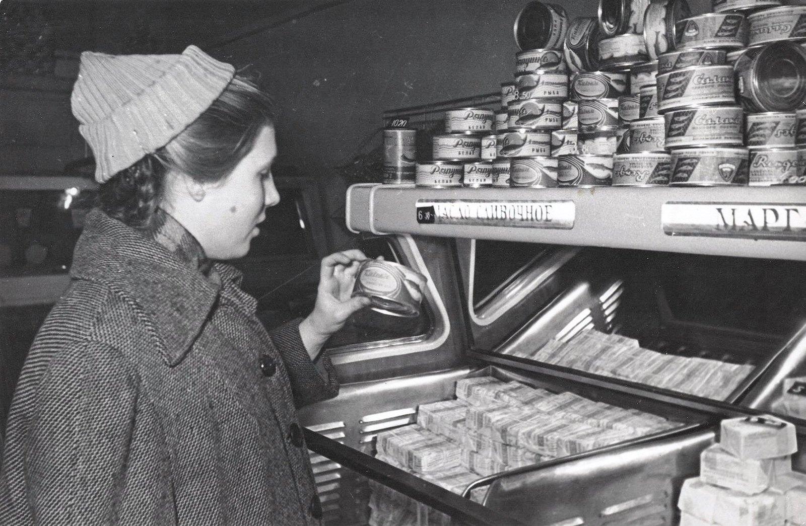 1950-е. В магазинах без продавцов. Когда большой ассортимент, трудно выбрать