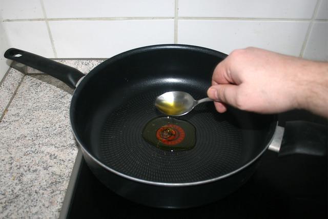 13 - Heat up oil in pan / Öl in Pfanne erhitzen