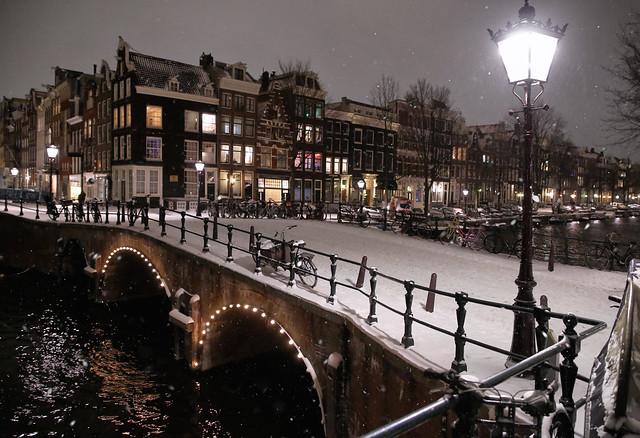 The city lantern illuminates snowy Bridge 51 in the Leliegracht over the Keizersgracht