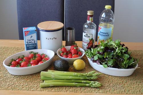 Zutaten für Pflücksalat mit Erdbeeren, Spargel, Avocado und Erdbeerdressing