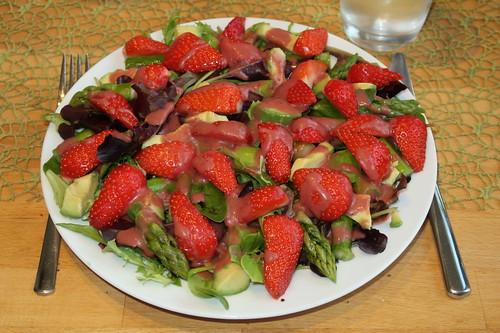 Pflücksalat mit Erdbeeren, Spargel, Avocado und Erdbeerdressing (mein Teller)
