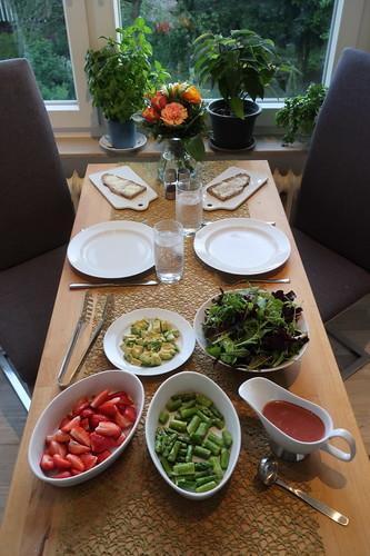 Pflücksalat mit Erdbeeren, Spargel, Avocado und Erdbeerdressing (Tischbild)