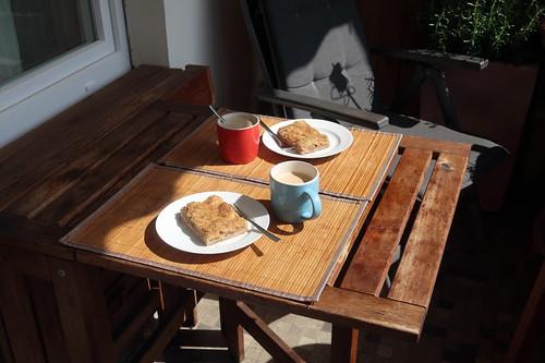 Artländer Apfelkuchen zum Nachmittagskaffee auf unserem Balkon
