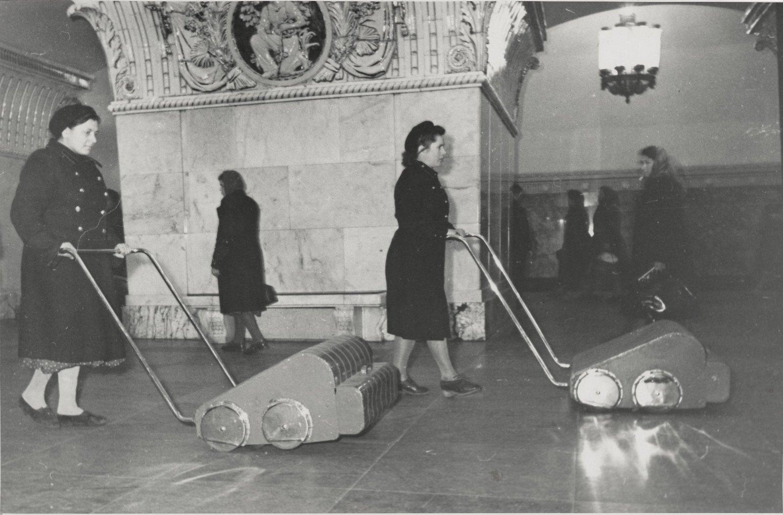 1950-е. Метро. Уборка пылесосами