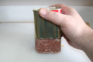 11 - Take corned beef from can / Corned Beef aus Dose entnehmen