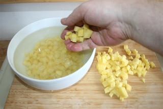 03 - Put diced potatoes in cold water / Kartoffeln in cold Wasser geben