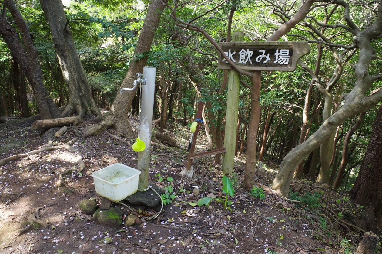香貫山 登山道の水飲み場